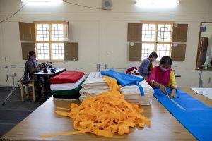 In unseren Kunsthandwerksstätten in Indien stellen Mitarbeiterinnen masken zum Schutz vor Corona her