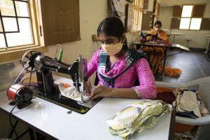 Masken nähen gegen Corona in Indien