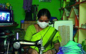 Corona-Hilfe Indien, Frau näht Maske